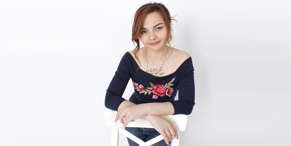 """Online Dating: Meet Outgoing Thai Lady """"Oom"""""""